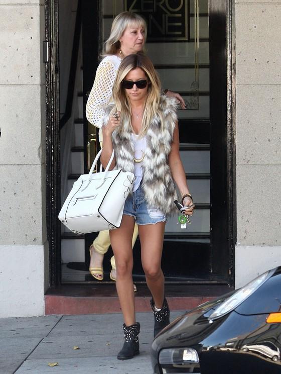 Ashley Tisdale w futrzanej kamizelce i szortach
