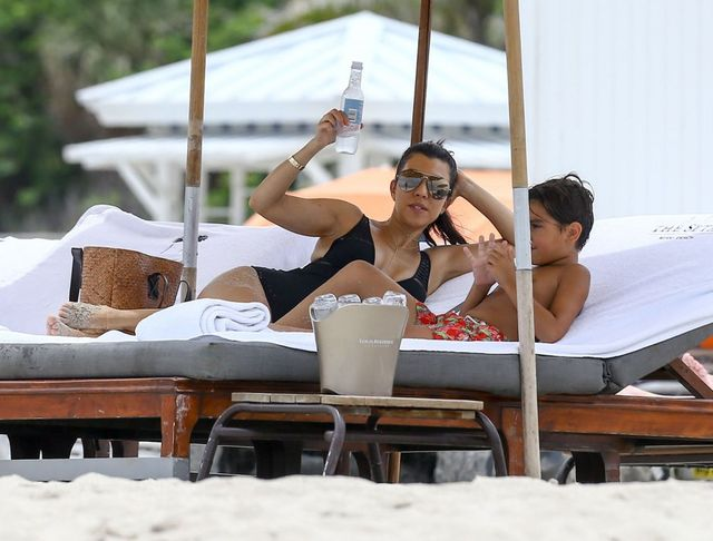 Dostaniecie zawału, gdy zobaczycie Kourtney Kardashian w stroju kąpielowym!