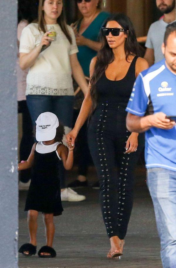 Nie wiemy co dziwi nas bardziej - spodnie Kim czy buty North...