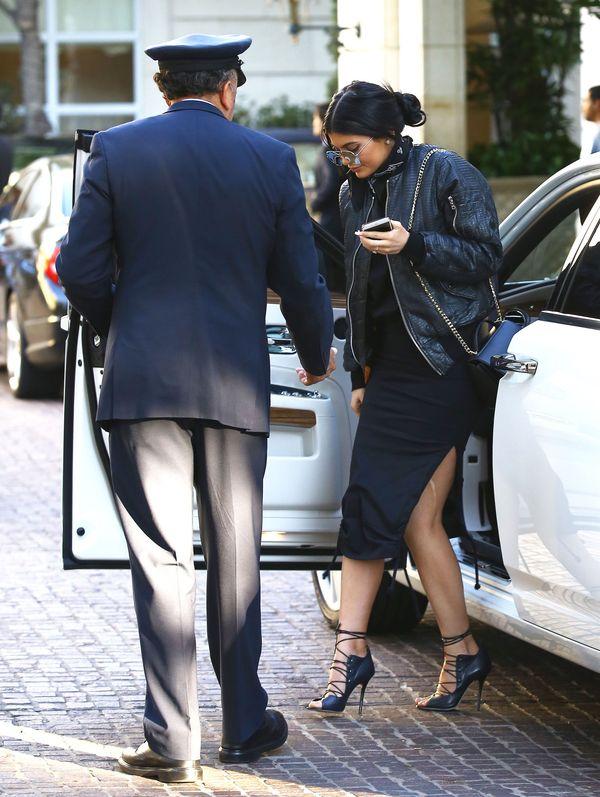 Kylie nie zauważyła, że w jej rajstopach poszło oczko (FOTO)