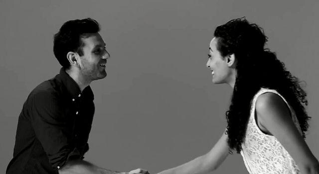 First Kiss, czyli jak to jest jednym wideo nabrać świat