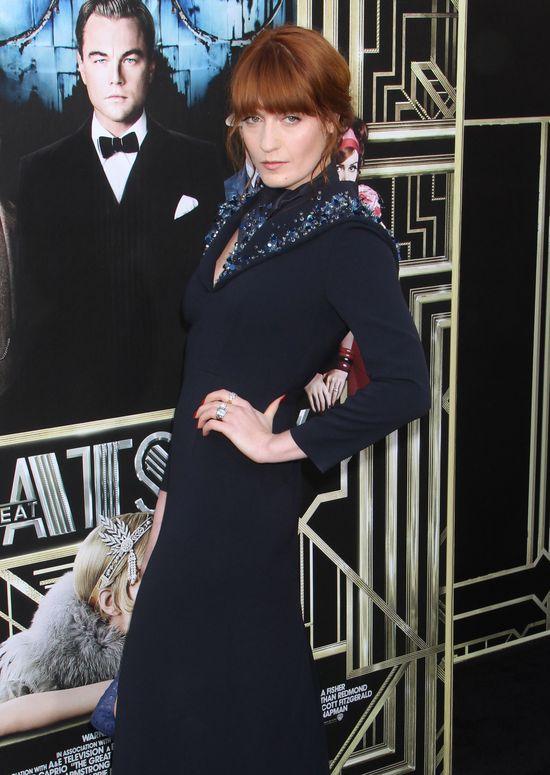 Florence Welch w granatowej sukni