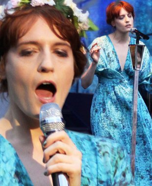 Niebieska maxi sukienka Florence Welch (FOTO)