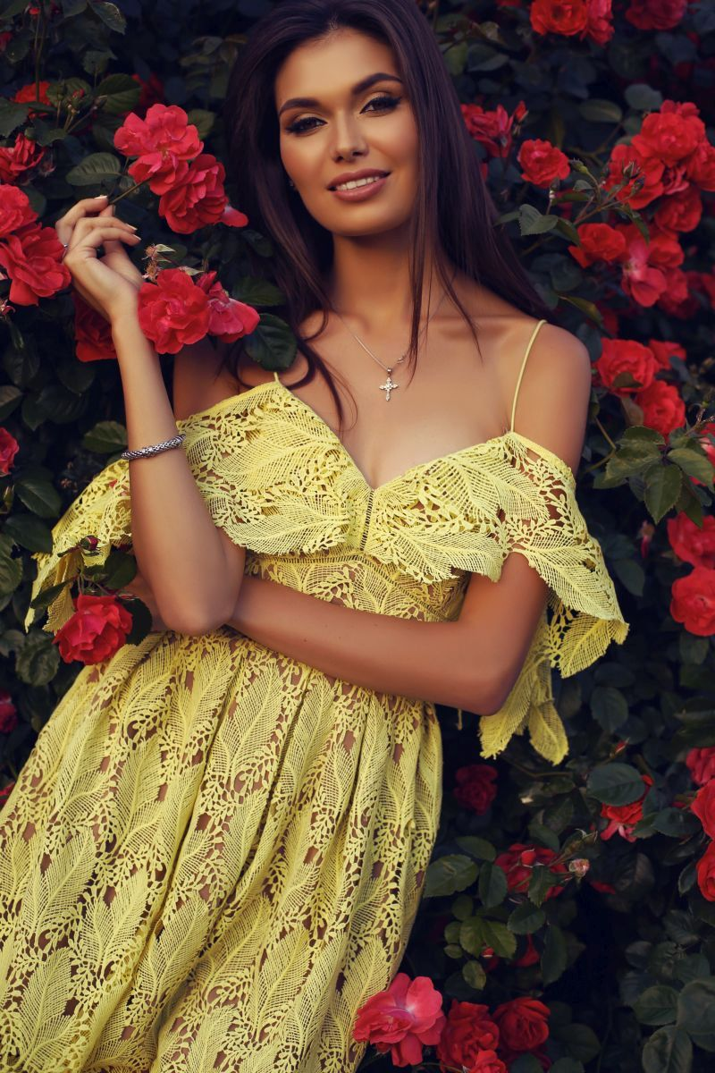 Sukienki eleganckie, koronkowe i na wesele – sprawdzamy, w co się ubrać w te wak