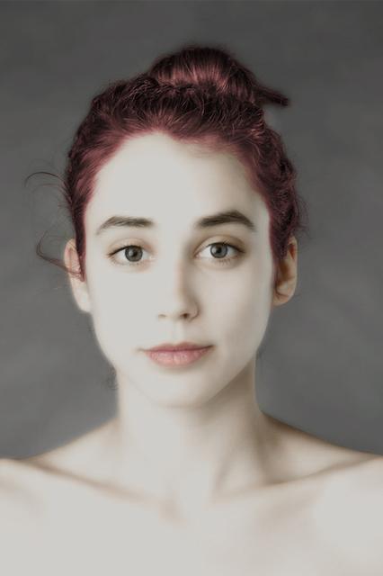 Dziewczyna wyretuszowała twarz według różnych kanonów urody