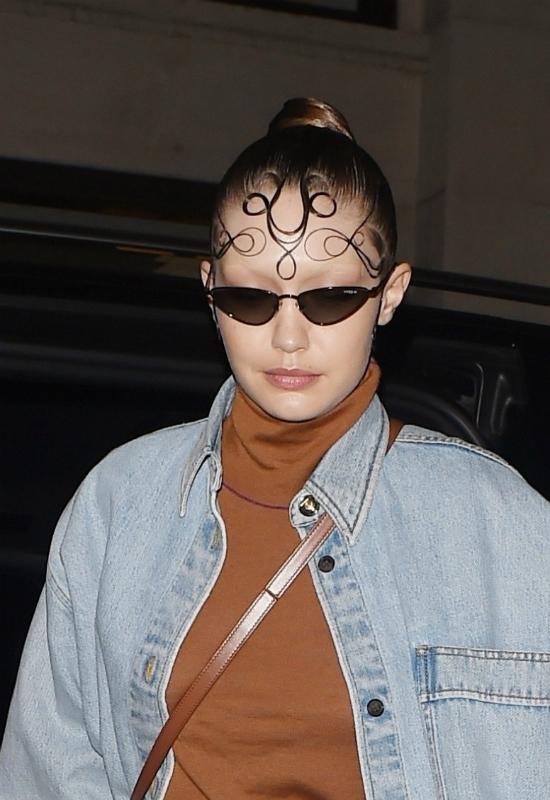 Gigi nie poradziła sobie ze zmyciem farby z brwi? Bez nich wygląda na opuchniętą