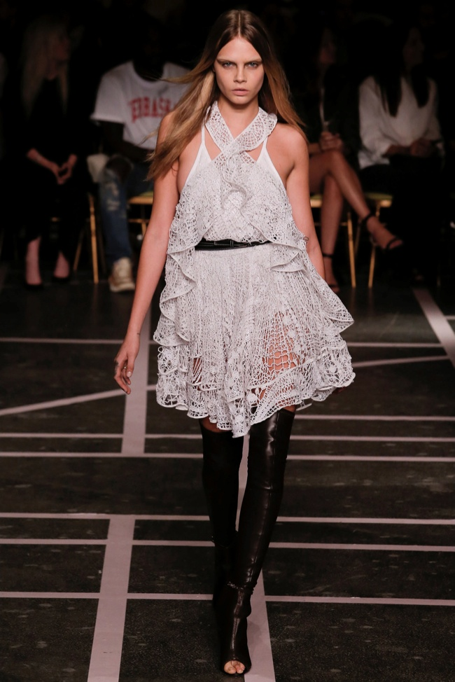Biel i czerń na pokazie wiosenno-letniej kolekcji Givenchy