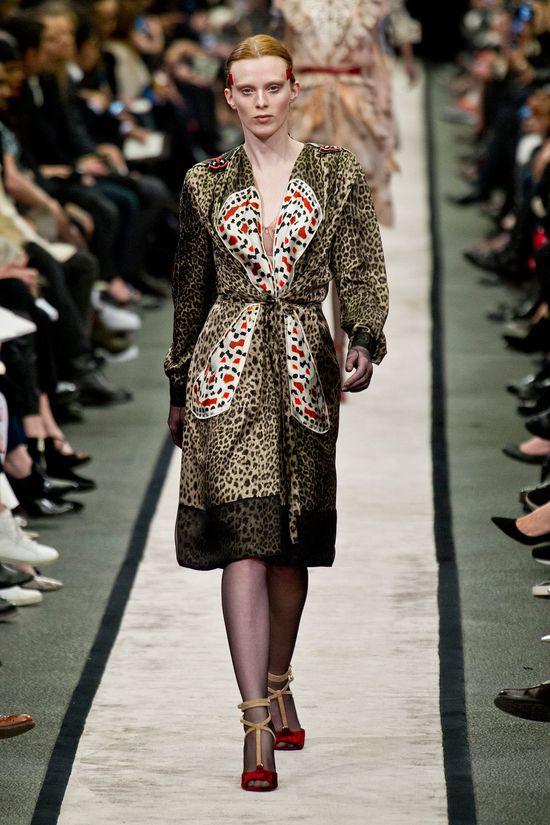 Zoe Saldana ukryła ciążowy brzuszek pod sukienką Givenchy