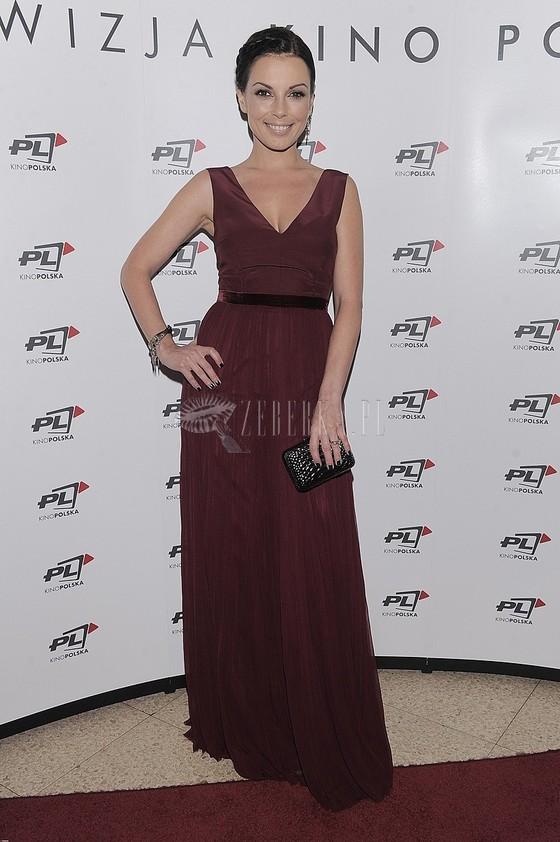 Katarzyna Glinka w bordowej sukni