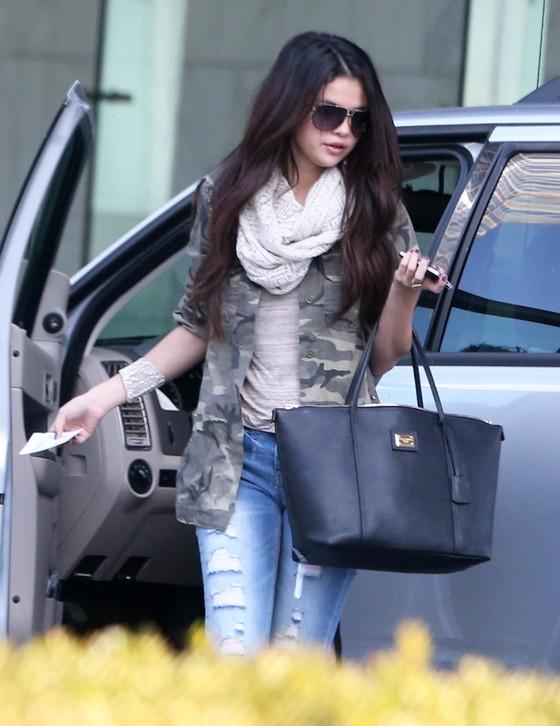 Selena Gomez w militarnej kurtce