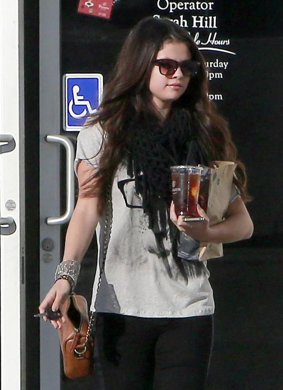 Selena Gomez w szarej koszulce