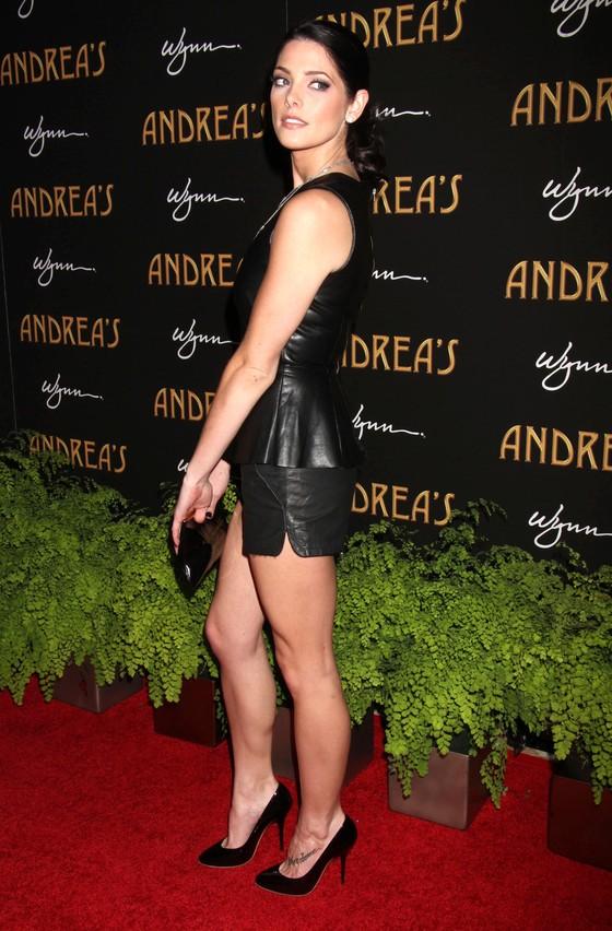 Ashley Greene w skórzany topie z baskinką