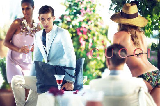 Constance Jablonski w wiosennej sukience Gucci