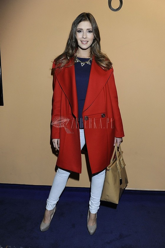 Klaudia Halejcio w czerwonym płaszczu