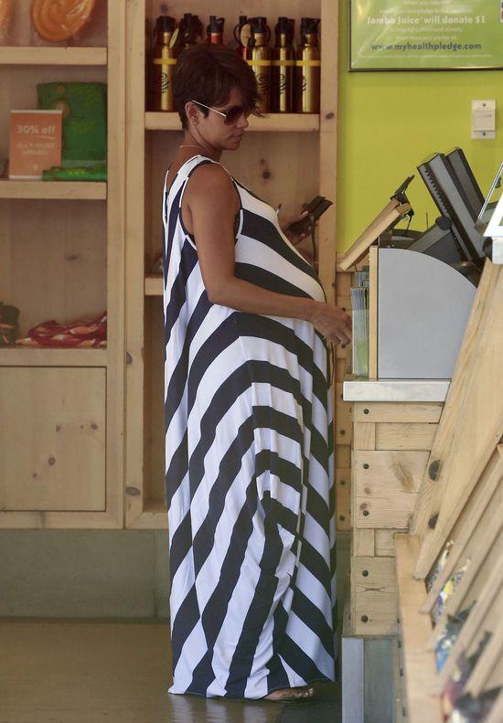 Halle Berry w ciążowej stylizacji (FOTO)
