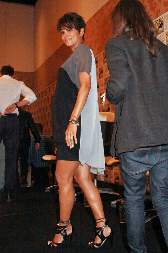 Halle Berry sprytnie maskuje brzuszek