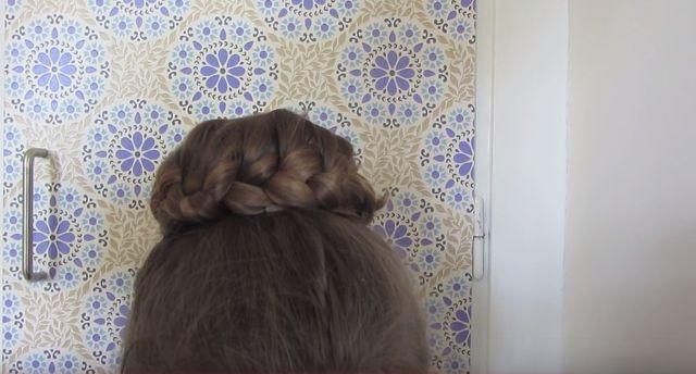 Jak zrobić fryzurę kok z warkoczem? Mamy 3 sposoby (VIDEO)