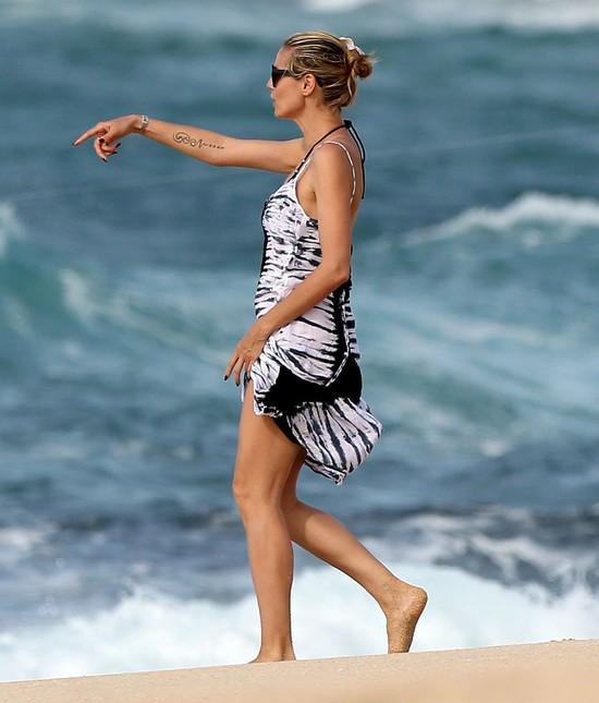 Heidi Klum w sukience maxi na plaży
