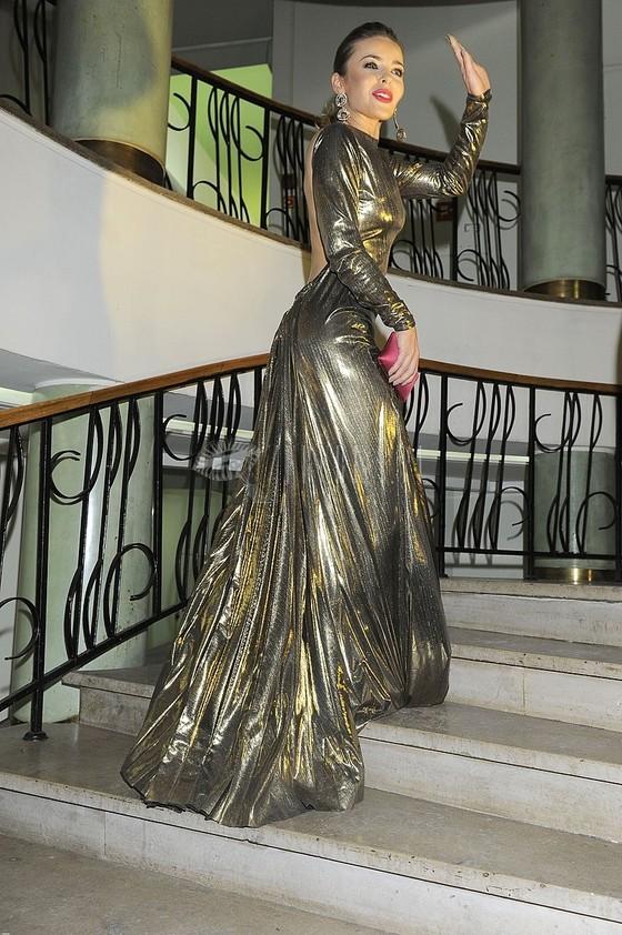 Edyta Herbuś w złotej sukni bez pleców