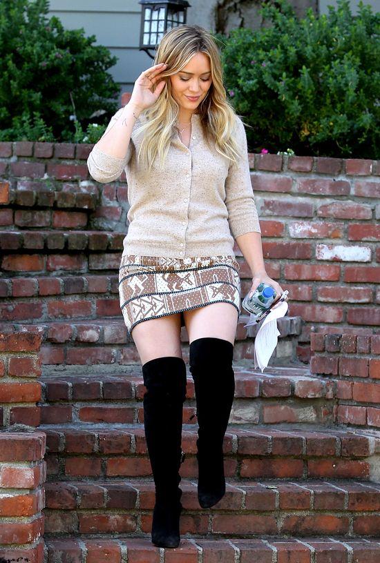 Hilary Duff w modnych, długich kozakach (FOTO)
