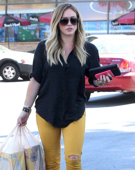 Hilary Duff w żółtych jeansach (FOTO)