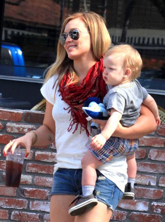 Hilary Duff w jeansowych szortach