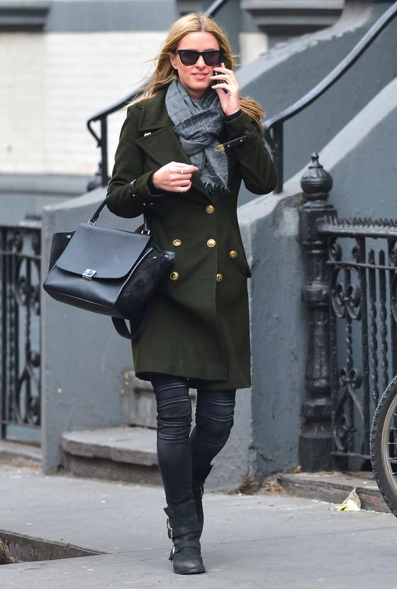 Jennifer Lawrence i Hicky Hilton w ciemnozielonych płasczach