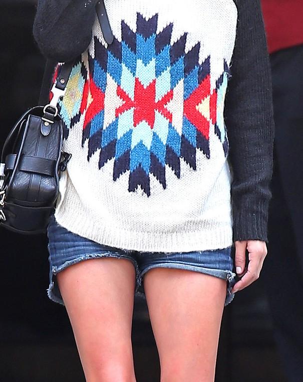 Nicky Hilton w kolorowym swetrze