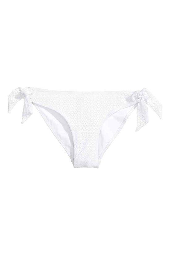 Przegląd na lato - Modne stroje kąpielowe w białym kolorze