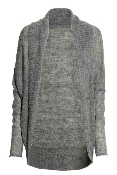 Modne swetry na jesień - Szary kardigan w kilku stylach