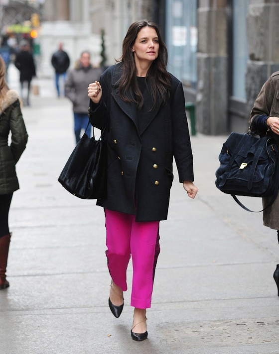 Katie Holmes w różowych spodniach
