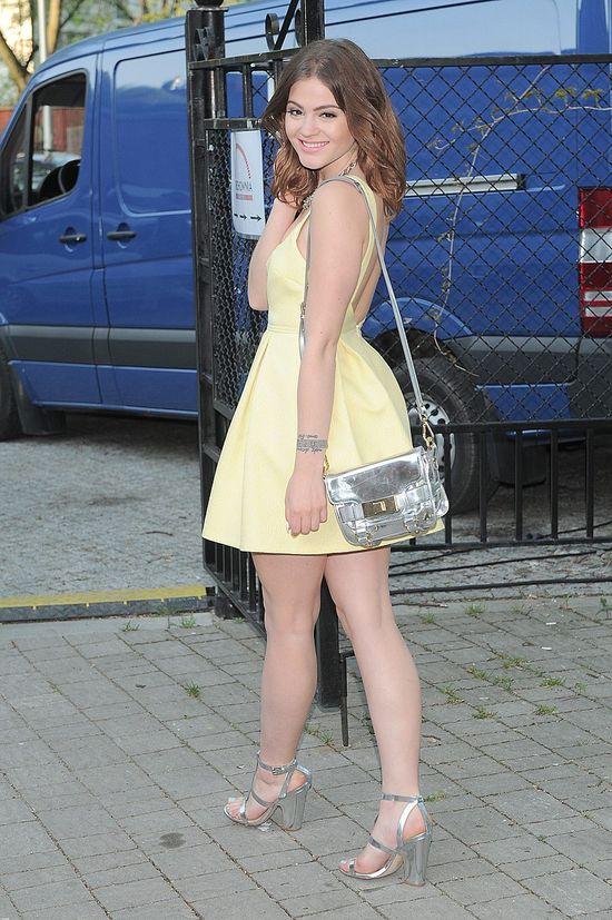 Honorata Skarbek w żółtej sukience