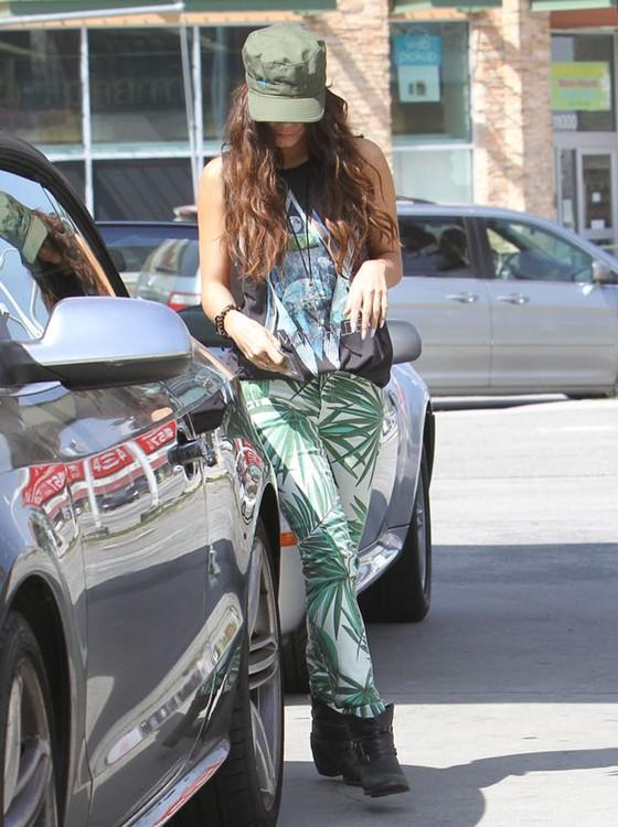 Vanessa Hudgens we wzorzystych spodniach