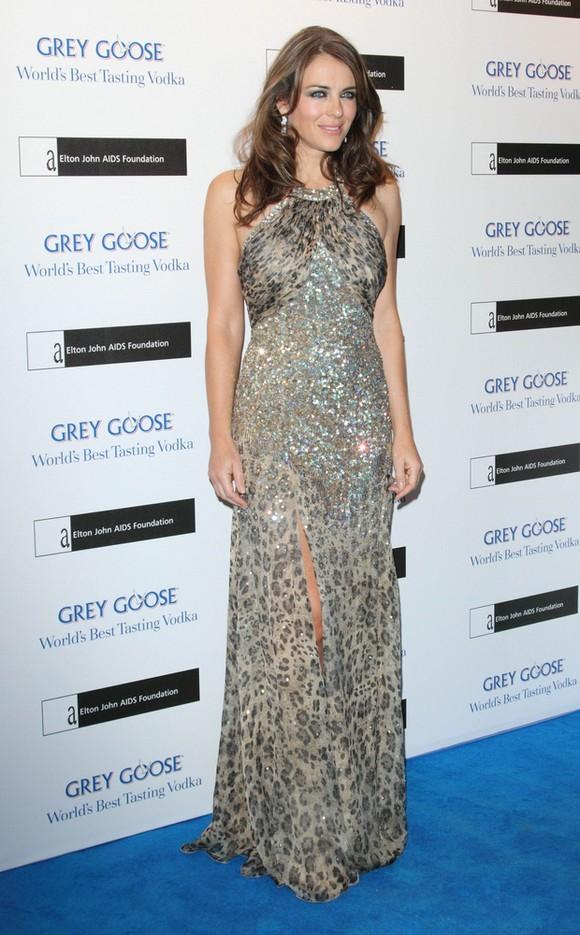 Liz Hurley w sukni z cekinów