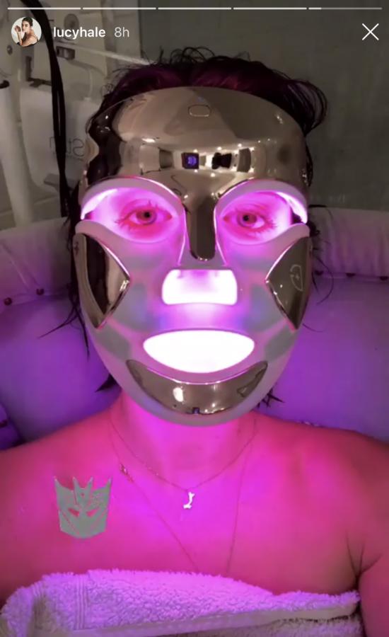 Lucy Hale pokazała zdjęcie dziwnej terapii dermatologicznej. Czy to bezpieczne?