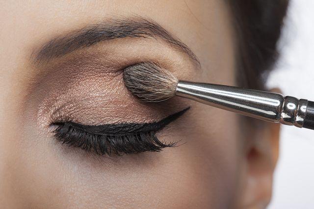 Słabo napigmentowane cienie do powiek? Wiemy, jak wzmocnić ich odcień!