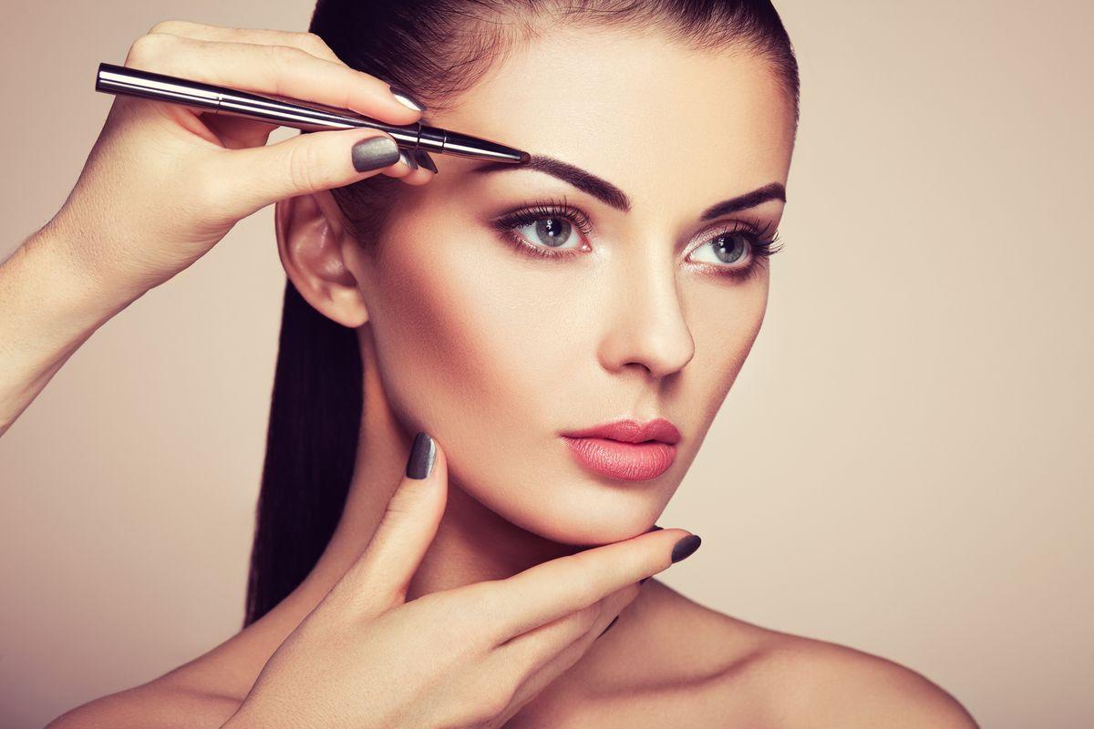 Ten błąd popełnia większość kobiet malujących i regulujących brwi... (FOTO)