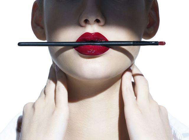 Jak malować usta szminką? Zobaczcie, jak robić to krok po kroku! (FOTO)