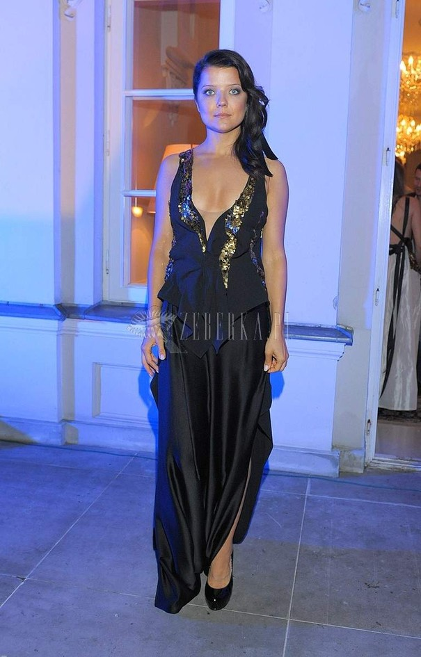 Joanna Jabłczyńska w długiej sukni