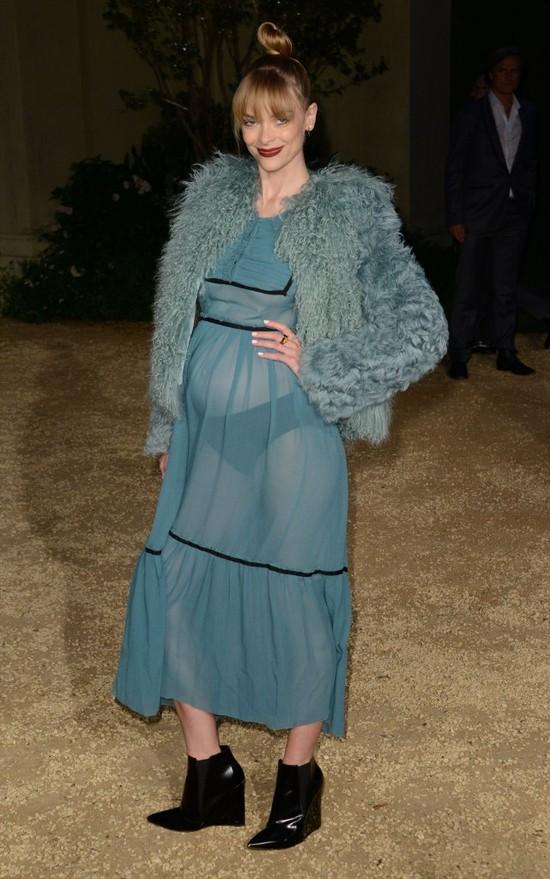 Kto na pokazie Burberry eksponuje ciążowy brzuszek? (FOTO)