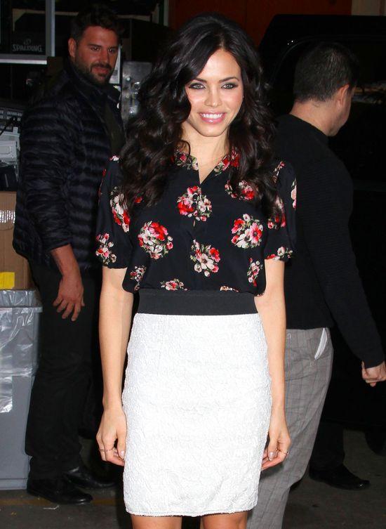 Jenna Dewan w kwiecistej bluzce chwali się doskonałą figurą