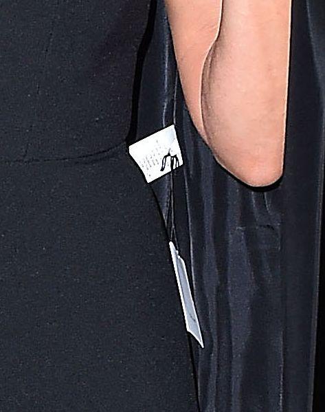 Jennifer Aniston tłumaczy się... Skąd feralna metka przy jej płaszczu?