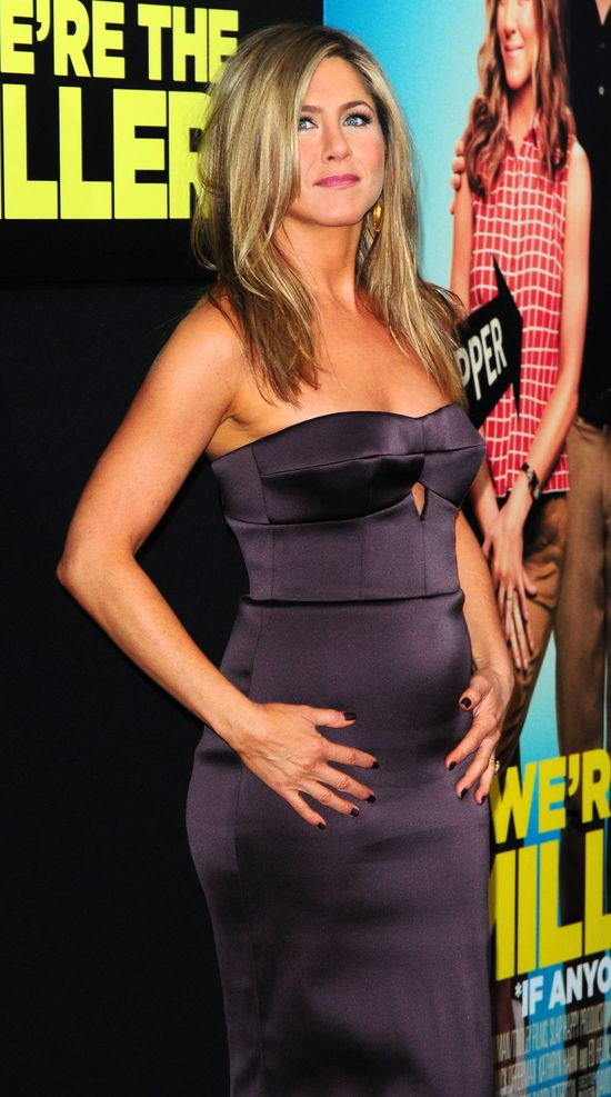 Jennifer Aniston w śliwkowej sukience Versace