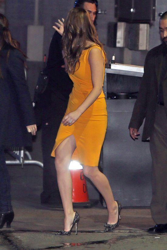 Jennifer Lawrence pokazuje nogi (FOTO)