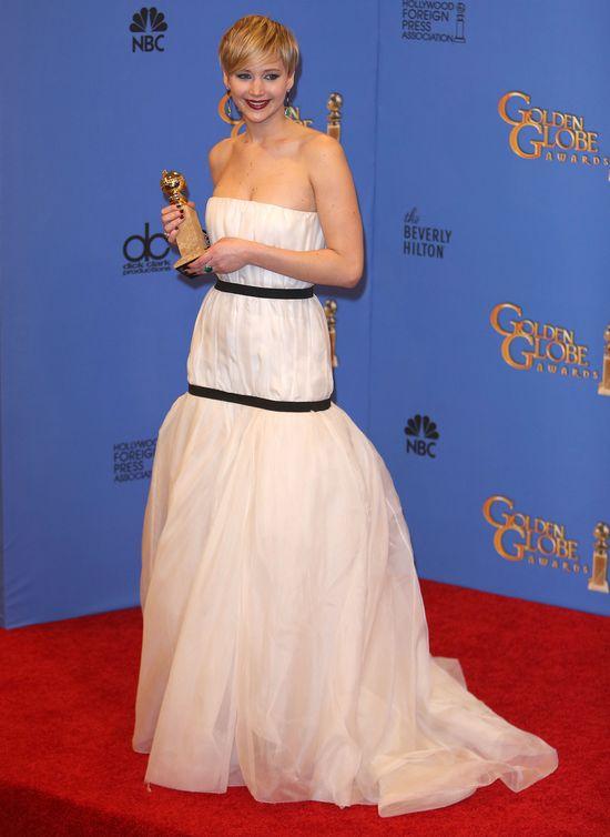 Internauci śmieją się z sukni Jennifer Lawrence (FOTO)