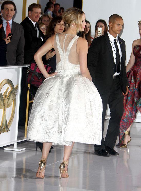 Kreacja Jennifer Lawrence przypomina wielkie pośladki...