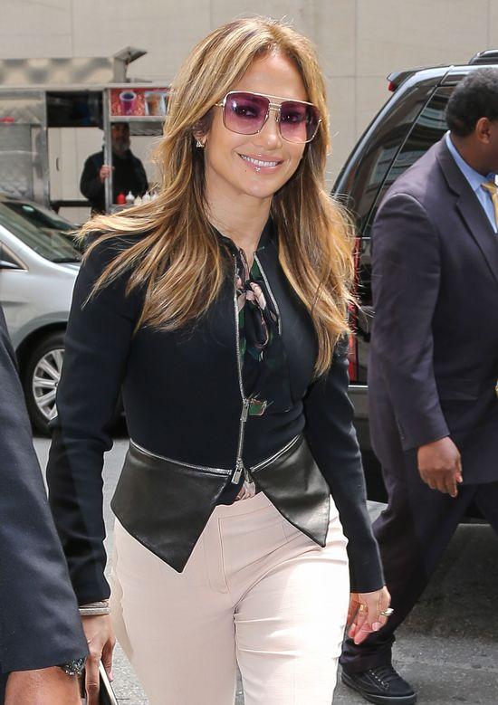Jennifer Lopez w różowych spodniach