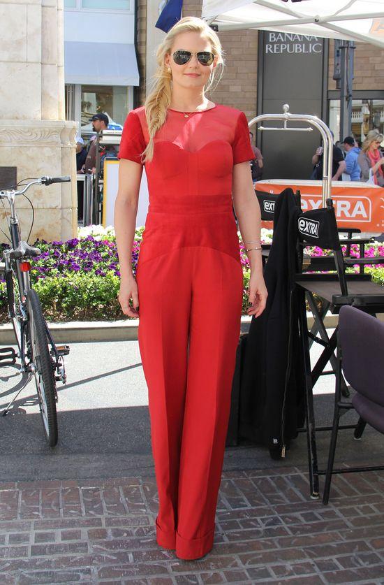 Jennifer Morrison w czerwonym kombinezonie