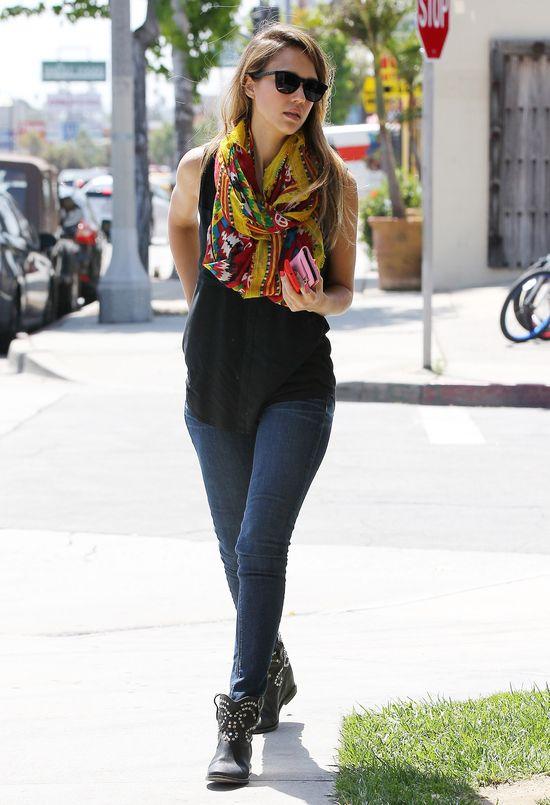 Jessica Alba w botkach z ćwiekami