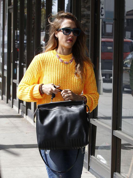 Jessica Alba w żółtym swetrze (FOTO)